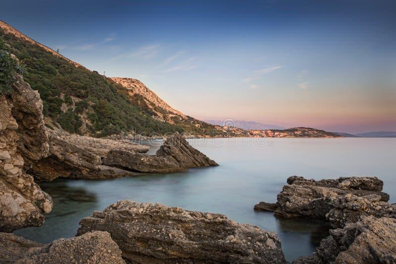 Costa durante puesta del sol en Krk, Croacia fotografía de archivo