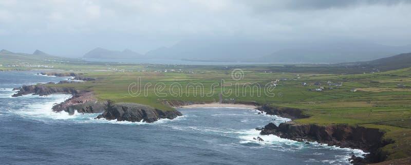 Costa e case di Rocky Irish in Dunquin sulla penisola delle Dingle fotografia stock
