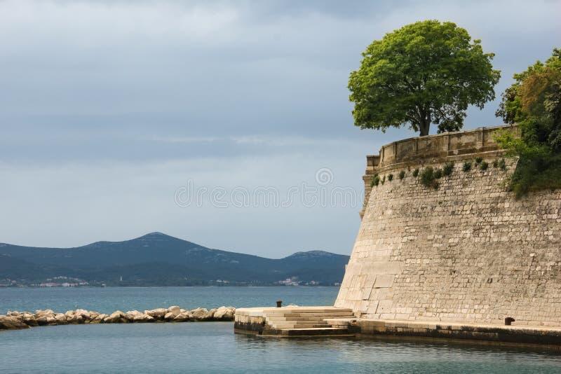 Costa e mura di cinta Zadar La Croazia fotografia stock