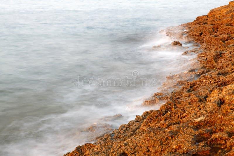 Costa egeia em Grécia, ilha de Thassos - ondas e rochas - exposição longa imagem de stock royalty free