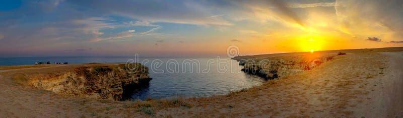 Costa empinada rocosa, bahía hermosa fotos de archivo