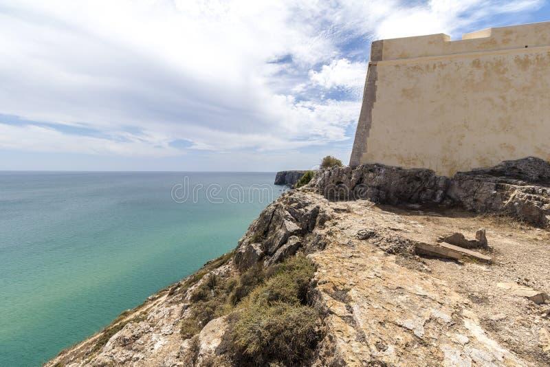 Costa en el fuerte Fortaleza en Sagres, Portugal imagen de archivo libre de regalías