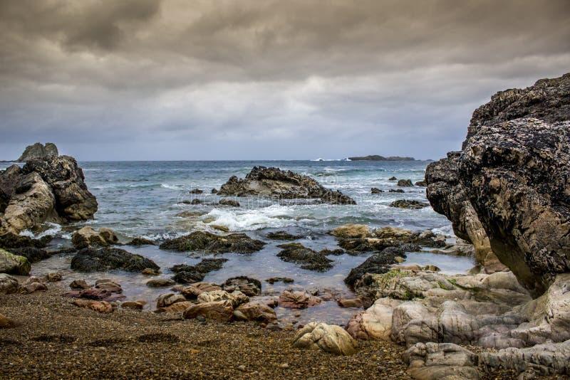 Costa en Irlanda del Norte con la visión atlántica foto de archivo