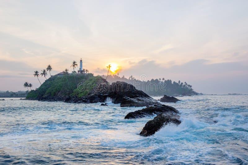 Costa en playa del mirissa en la salida del sol fotos de archivo
