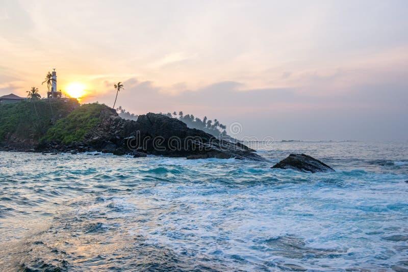 Costa en playa del mirissa en la salida del sol foto de archivo libre de regalías