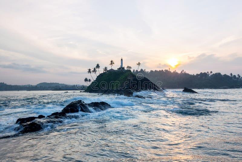 Costa en playa del mirissa en la salida del sol foto de archivo