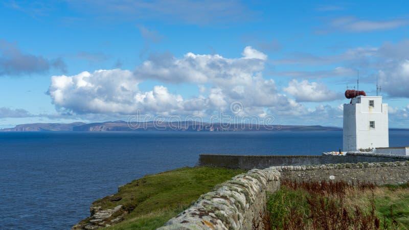 Costa escocesa com vista em ilhas de Orkney foto de stock