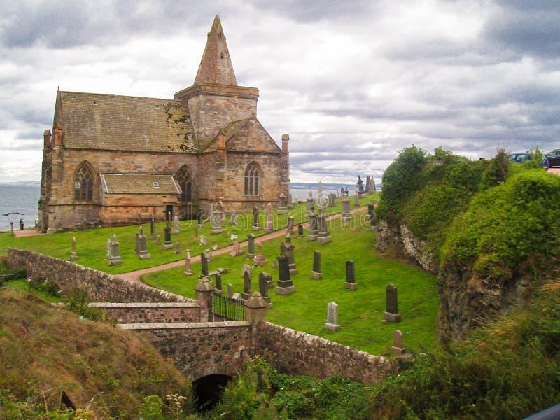Costa Est della Scozia, in Fife, vecchia chiesa in cimitero accanto al Mare del Nord immagini stock