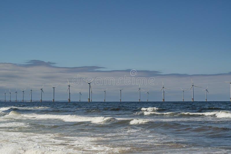 Costa este del norte del parque eólico de Inglaterra imagen de archivo libre de regalías