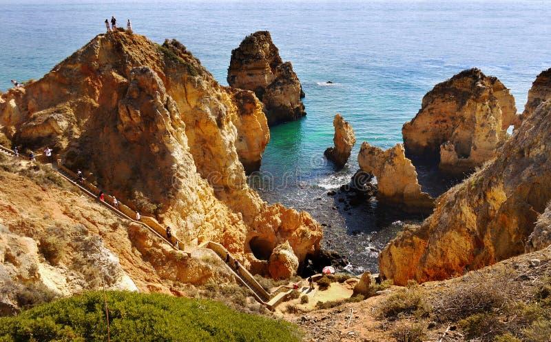Costa excitante do Algarve das ilhas da praia dos penhascos, Portugal foto de stock royalty free