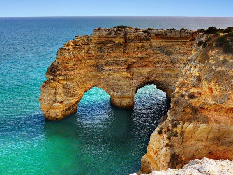 Costa excitante do Algarve das ilhas da praia dos penhascos, Portugal fotografia de stock royalty free