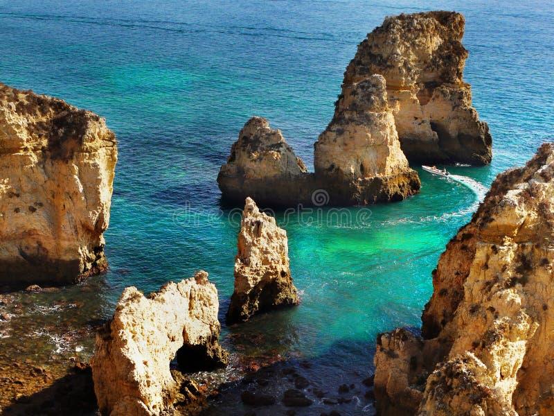 Costa excitante do Algarve das ilhas da praia dos penhascos, Portugal fotografia de stock