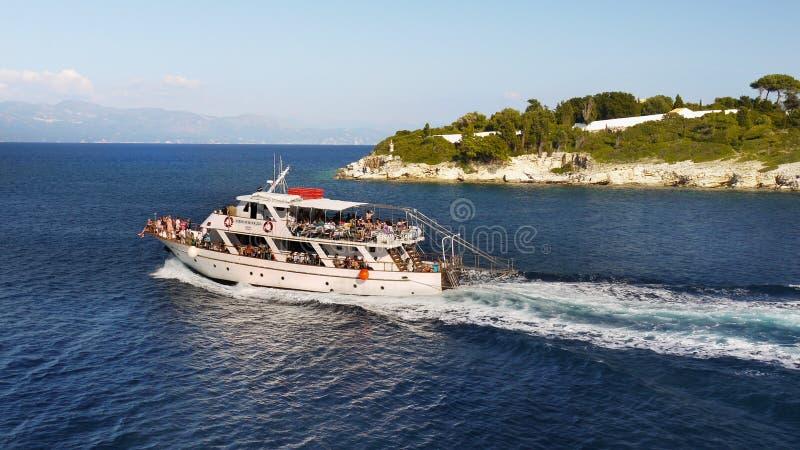 Costa griega de las islas, barco de cruceros foto de archivo libre de regalías