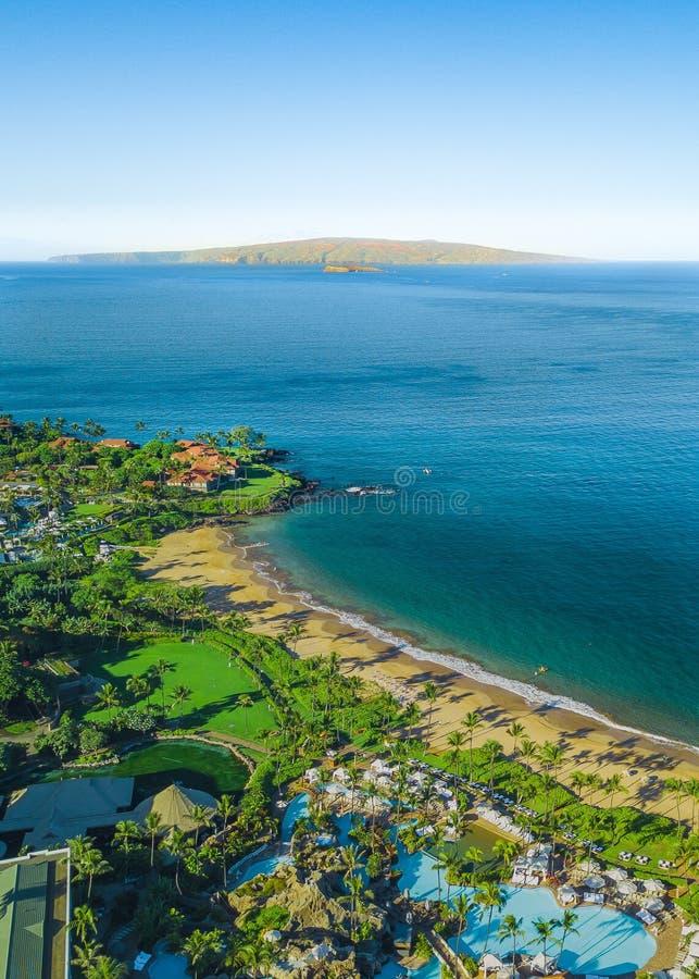 Costa costa hawaiana hermosa con la isla en el fondo imagen de archivo libre de regalías