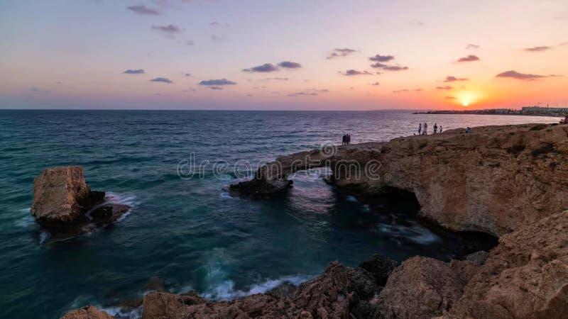 Costa costa hermosa de Chipre, mar Mediterráneo del color de la turquesa fotos de archivo