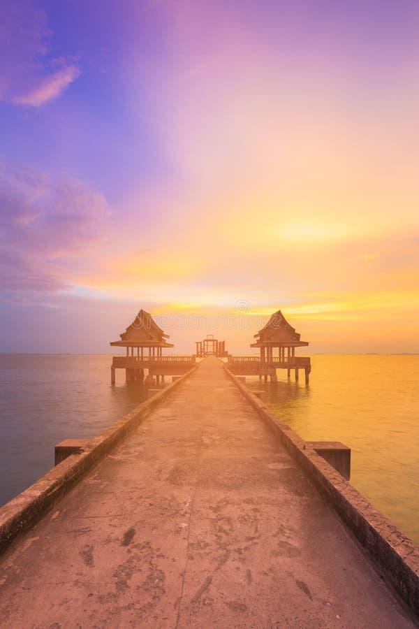 Costa hermosa del cielo de la puesta del sol sobre manera que camina fotografía de archivo