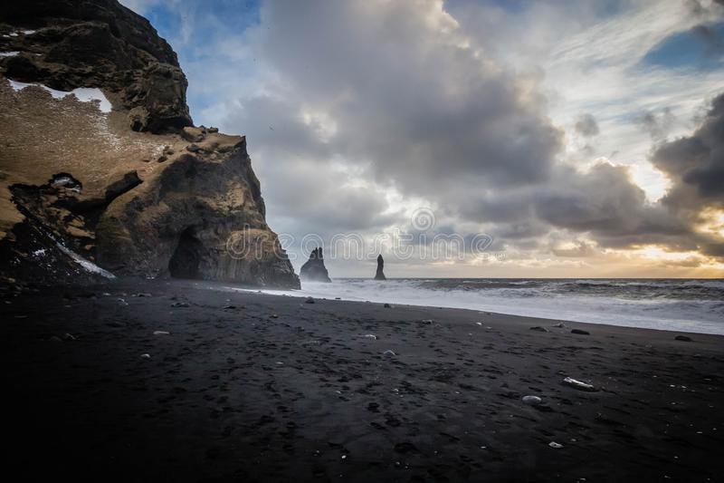 Costa hermosa del mar en Vik, Islandia con las nubes y las rocas impresionantes en el lado foto de archivo libre de regalías