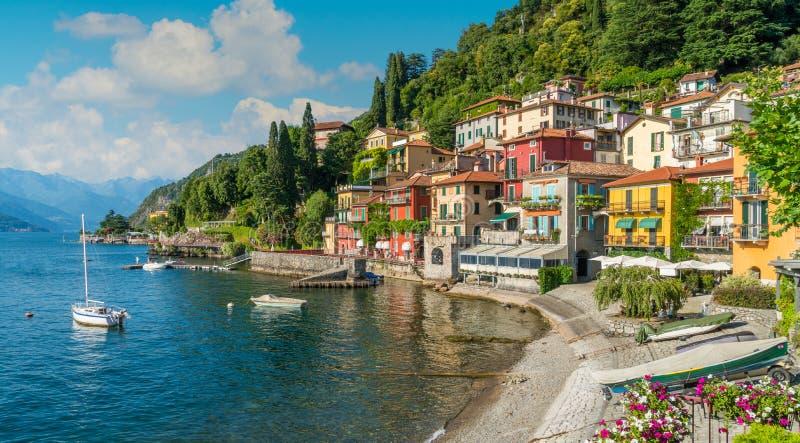 Costa hermosa en una tarde soleada del verano, lago Como, Lombardía, Italia de Varenna fotos de archivo libres de regalías