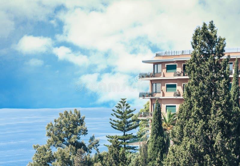 Costa hermosa opinión de Sicilia, mar con el centro turístico del hotel de lujo en Taormina, Italia foto de archivo