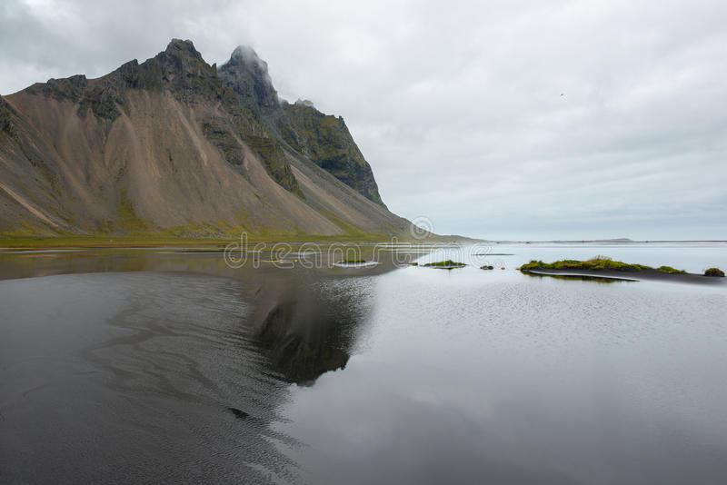 Costa hermosa Stokksnes con vista a Océano Atlántico y a las montañas, Islandia del este imagen de archivo libre de regalías