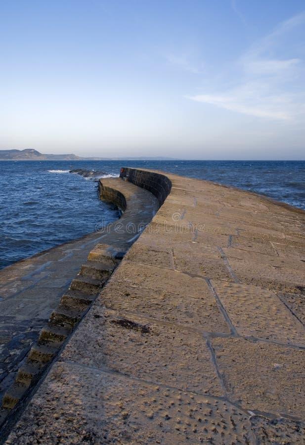 Costa jurássico do porto do regis do lyme de Inglaterra Dorset o harbou do cobb imagem de stock