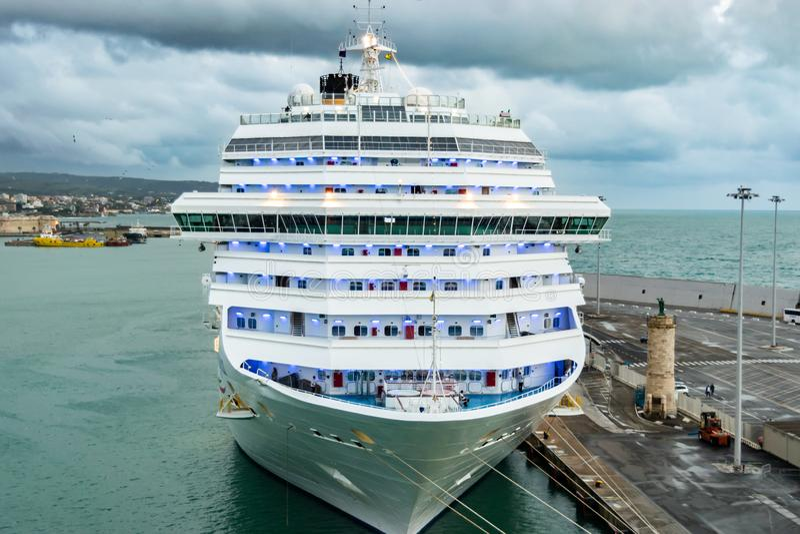 Costa Magica Cruise Ship in de Haven van de Cruisehaven van Civitavecchia/Rome wordt vastgelegd in Italië dat royalty-vrije stock afbeeldingen