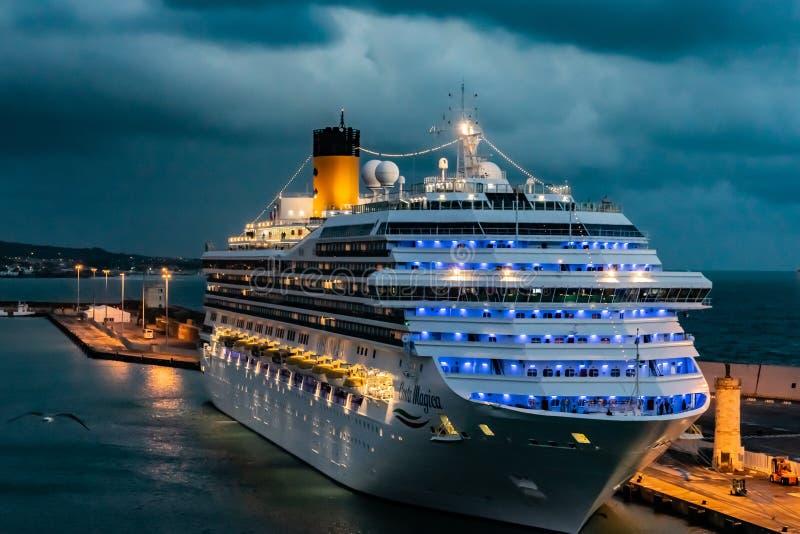 Costa Magica Cruise Ship in de Haven van de Cruisehaven van Civitavecchia/Rome wordt vastgelegd in Itali? dat stock fotografie
