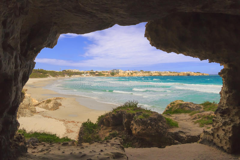 A costa a mais bonita de Apulia: ` Orso Bay de Torre Dell, ITÁLIA Lecce fotografia de stock