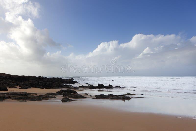 Costa marroquina em Dar Bouazza fotografia de stock