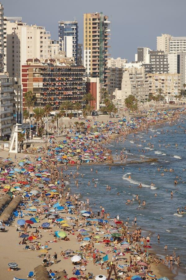 Costa costa mediterránea en España Playa de Calpe Muchedumbre del verano Alicante foto de archivo libre de regalías