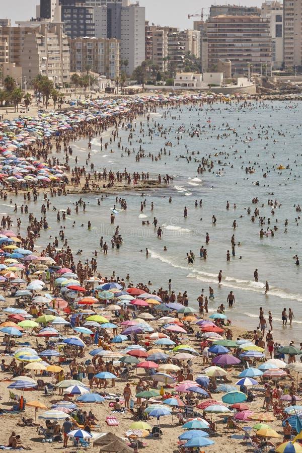 Costa costa mediterr?nea en Espa?a Playa de Calpe Muchedumbre del verano Alicante foto de archivo