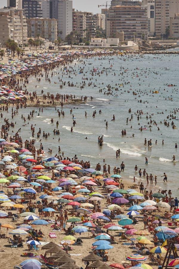 Costa costa mediterr?nea en Espa?a Playa de Calpe Muchedumbre del verano Alicante fotos de archivo