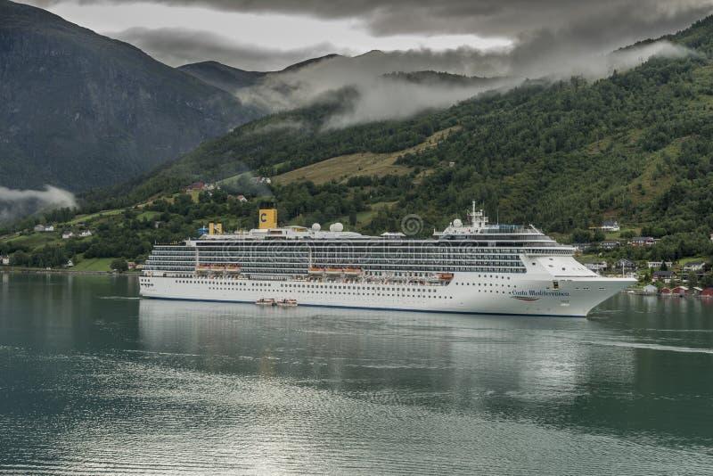 Costa Mediterranea all'ancora in Norvegia Olden immagini stock libere da diritti