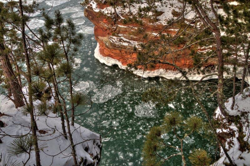 A costa nacional do lago islands do apóstolo é um destino popular do turista no Lago Superior em Wisconsin fotografia de stock