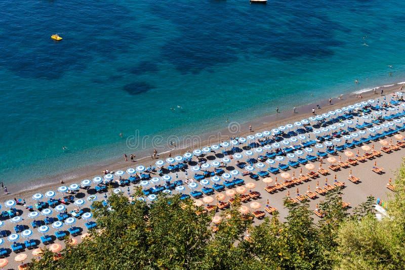 Costa Neaples Italia di Positano Amalfi - la vista astratta della spiaggia con l'ombrello di spiaggia rema immagini stock libere da diritti