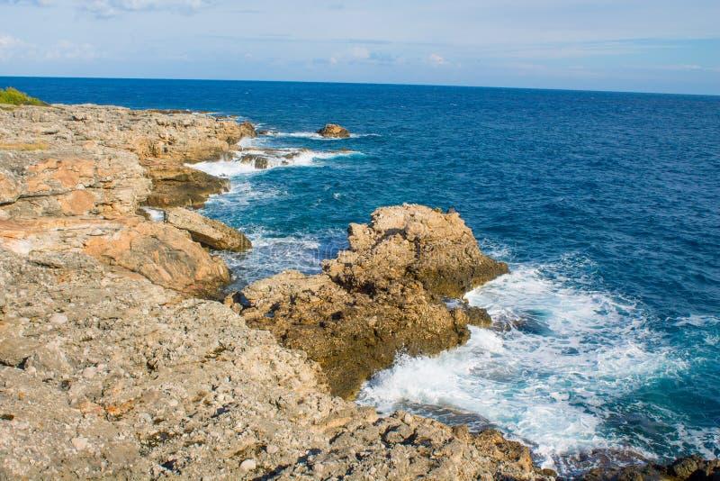 Costa ?ngreme rochosa bonita e ondas grandes foto de stock