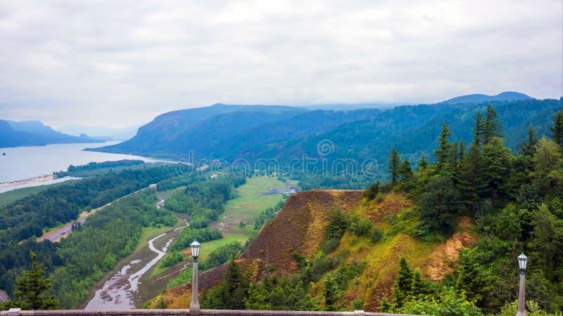 Costa noroeste pac?fica, a rota de enrolamento 101 dos EUA - E.U. ao longo do litoral enevoado de Oregon perto de Yachats foto de stock