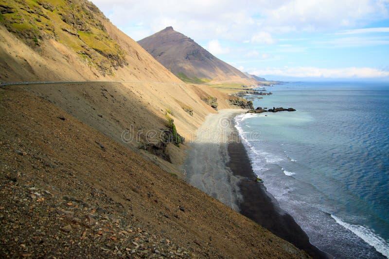 Costa nos fiordes do leste Islândia imagens de stock
