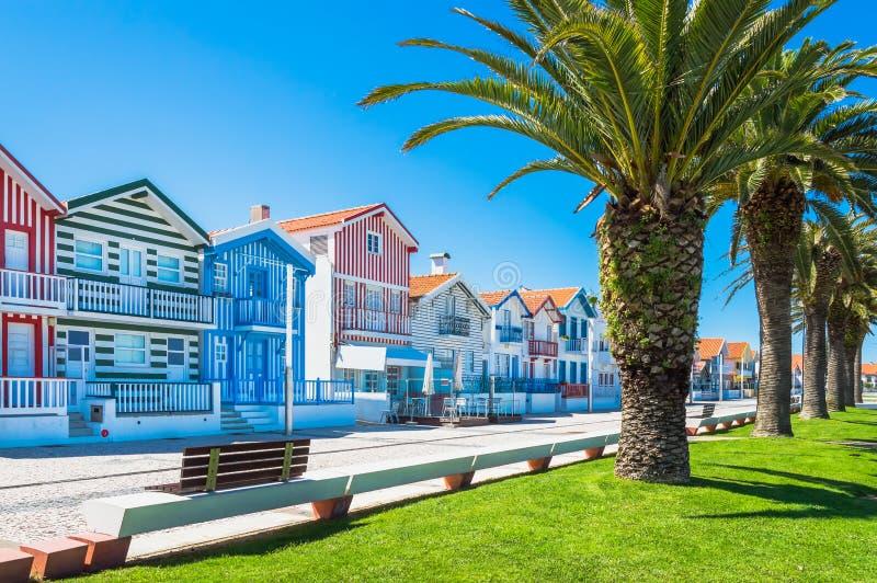 Costa Nova, Portugal: casas rayadas coloridas en un pueblo de la playa imagenes de archivo