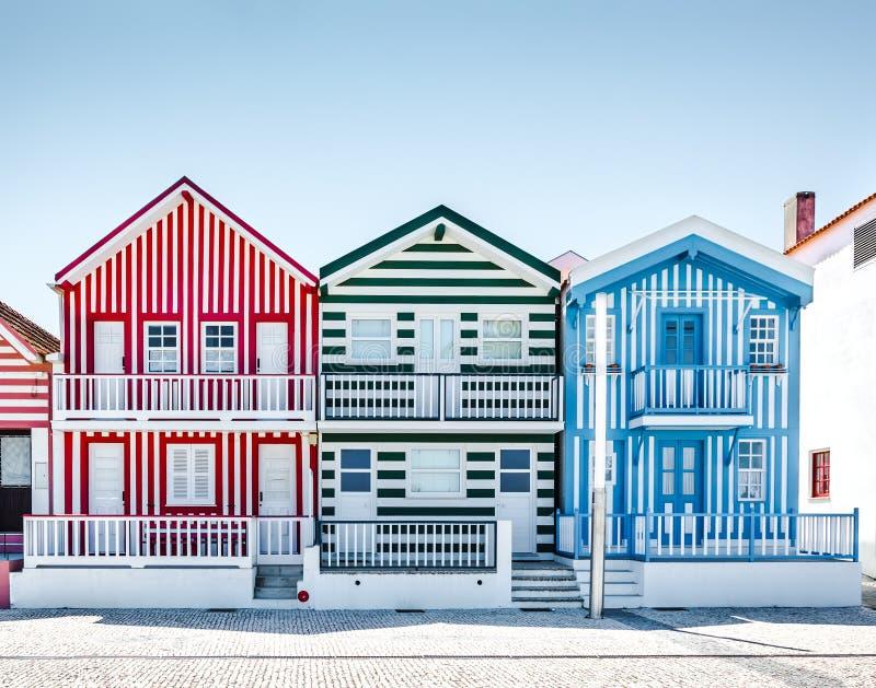 Costa Nova, Portugal: casas rayadas coloridas en un pueblo de la playa fotografía de archivo