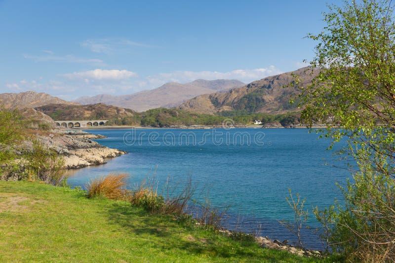 Costa oeste de Nan Uamh do Loch de Escócia perto da opinião de Arisaig ao viaduto railway que leva a linha ocidental das montanha imagem de stock royalty free
