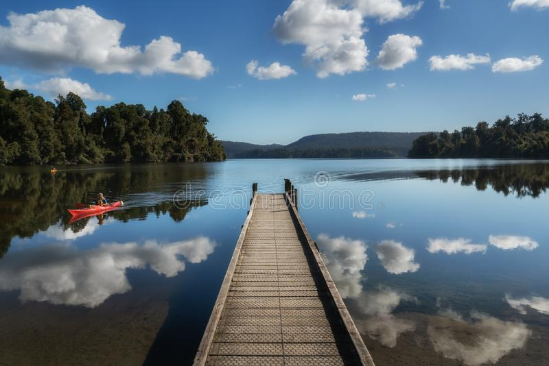 Costa oeste Nueva Zelanda de Mapourika del lago imágenes de archivo libres de regalías
