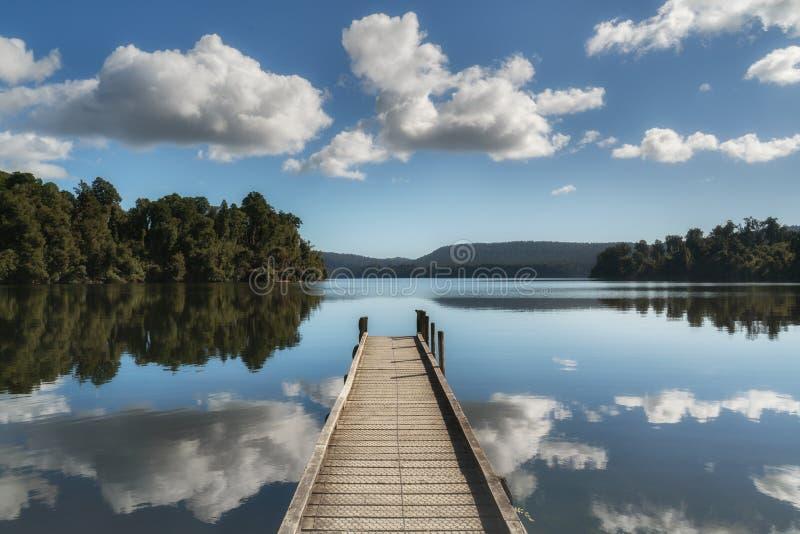 Costa oeste Nueva Zelanda de Mapourika del lago imagen de archivo libre de regalías