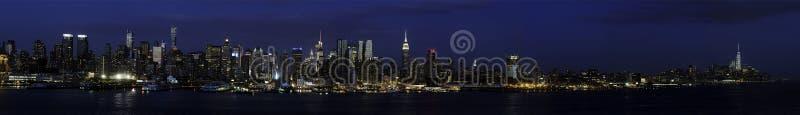Costa Ovest di Manhattan da NJ a tempo di sera fotografia stock