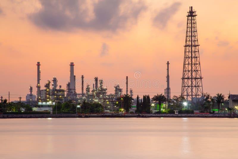 Costa química de la planta de la industria de la refinería de la gasolina, cielo dramático durante salida del sol imagen de archivo