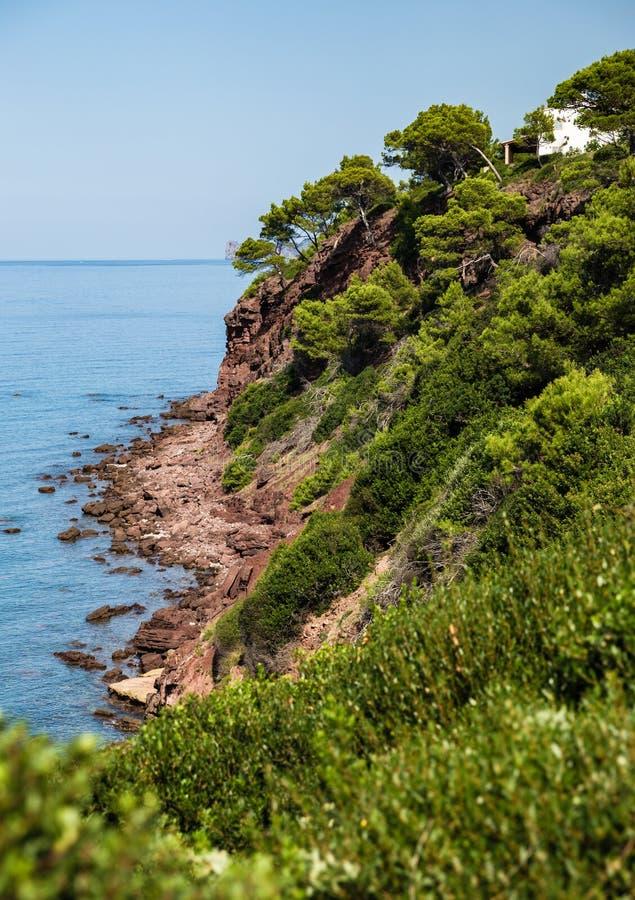 Costa que se inclina en una costa costa rocosa imagen de archivo