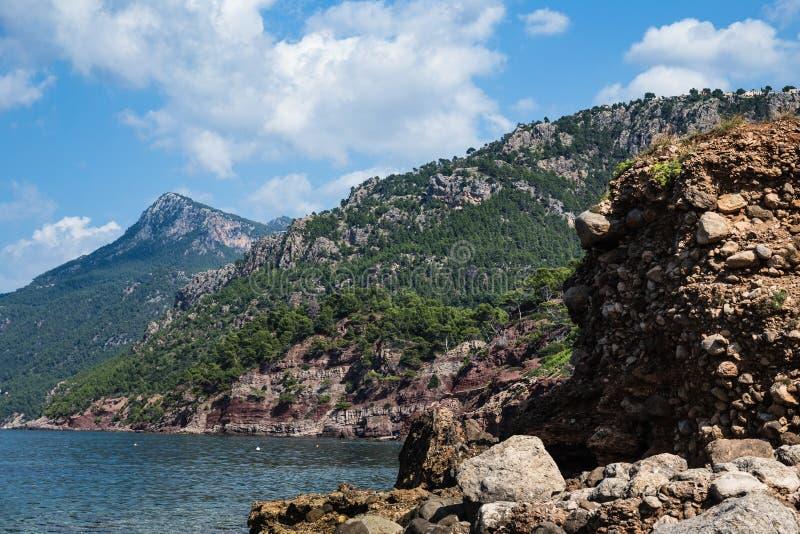 Costa que se inclina en una costa costa rocosa fotos de archivo