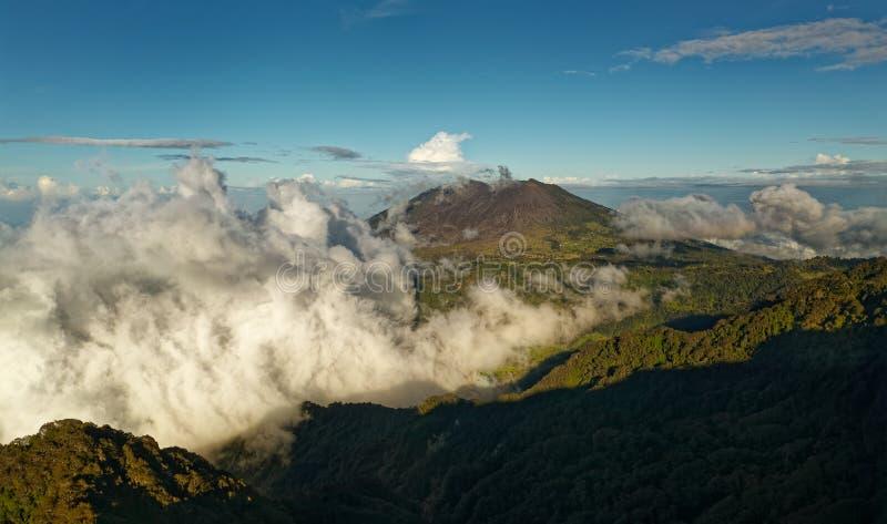 Costa Rica ajardina - natureza bonita - a vista de Irazu ao vulcão de Turrialba foto de stock