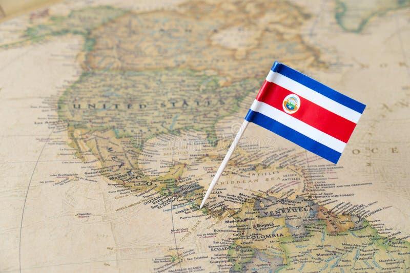 Costa Rica flaggastift på världskarta royaltyfri fotografi
