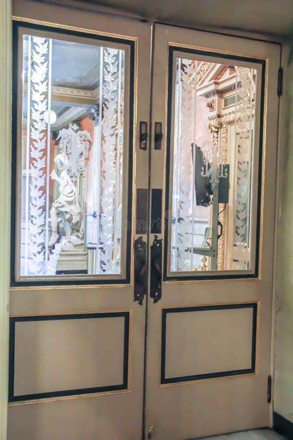 Costa Rica Theatre Door con le finestre di vetro incise fotografia stock libera da diritti